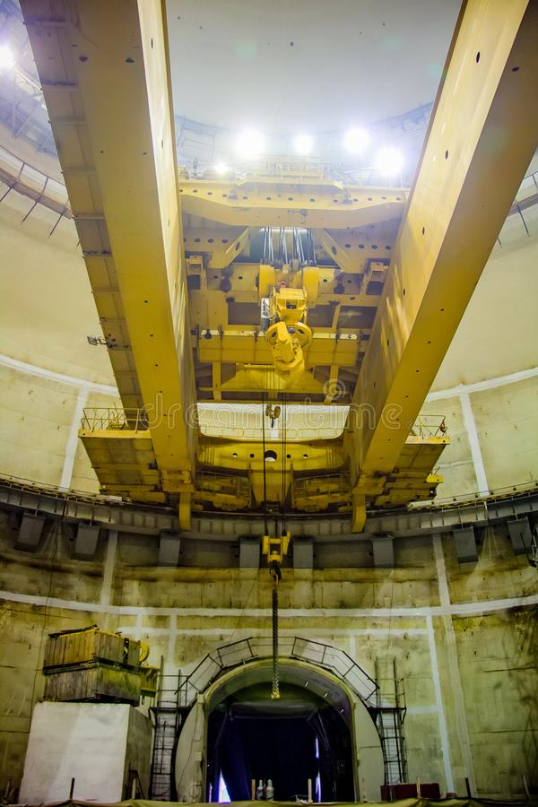 工业极性转台式起重机底视图桥式 圆顶的建筑图片