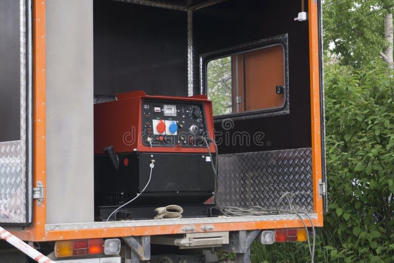 工业柴油发电器 备用发电器 办公楼的工业柴油发电器连接了到控制板机智 库存照片