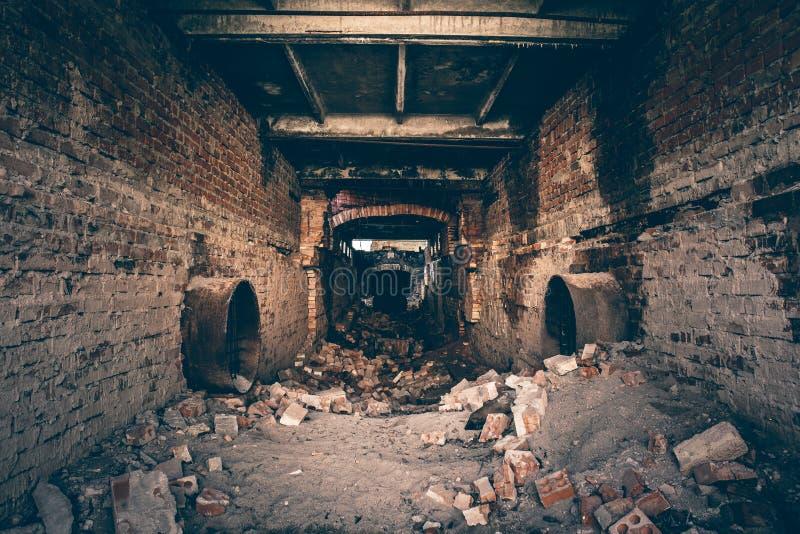 工业污水被放弃的废墟挖洞,污水走廊视图、透视、废墟和爆破 免版税库存照片