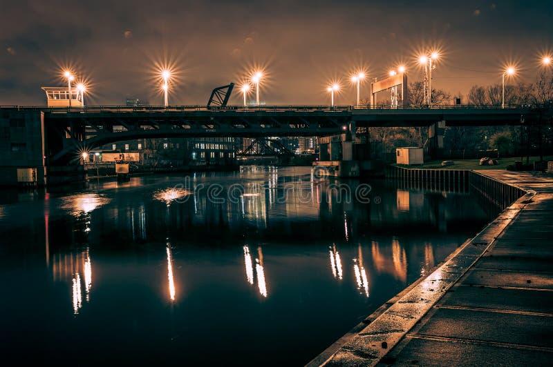 工业河桥梁在芝加哥在晚上 库存图片