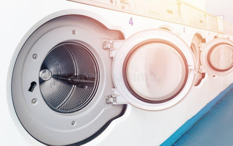 工业洗衣店机器行在商业洗衣店 概念企业洗衣机商店 免版税库存照片