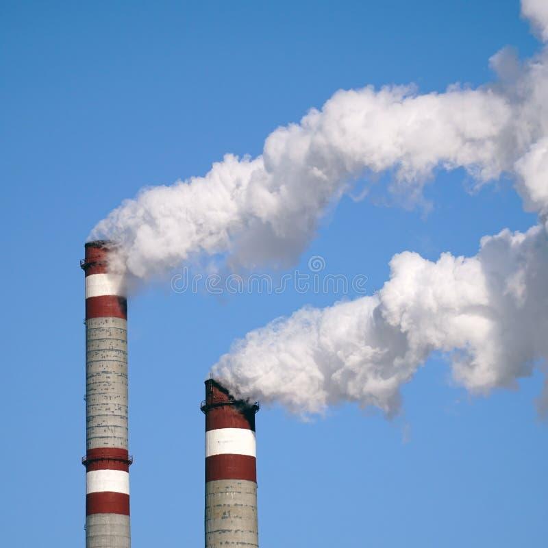 工业烟囱散发毒性污染物入天空污染环境 库存图片