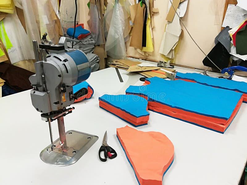 工业电布料切割机 库存照片