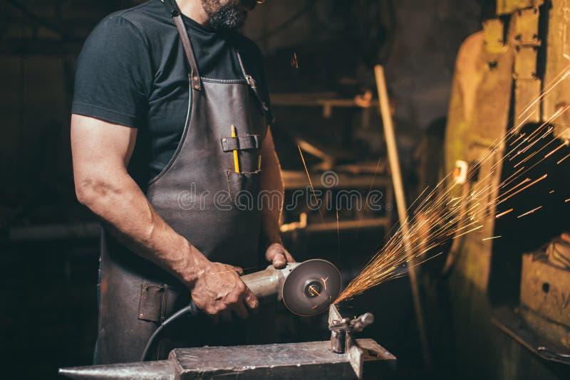 工业研磨机金属研磨机投掷的火花庄稼照片  库存图片