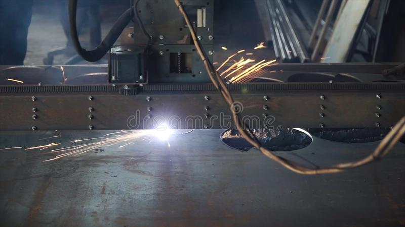 工业等离子机床切削金属片 夹子 切口板材等离子cnc mc 切割工行业激光 库存照片