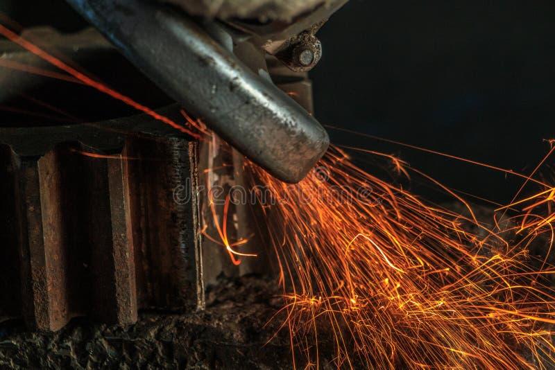 工业背景,产业,从磨床发火花  免版税库存图片