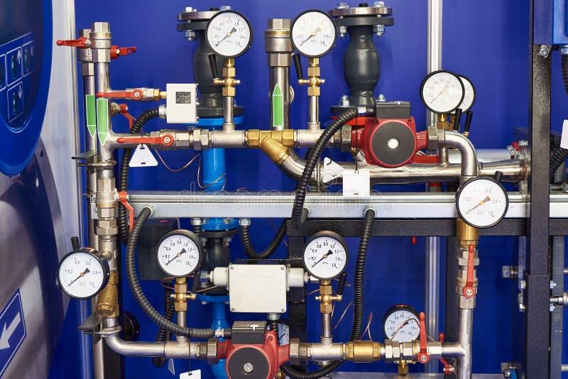 工业设施 有压力传感器和阀门的管子 免版税库存照片