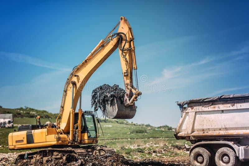 工业运转在站点的推土机和挖掘机 库存图片