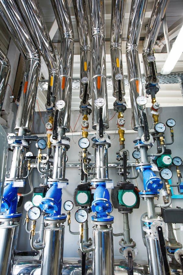 工业锅炉房的内部与一许多的p 免版税库存照片