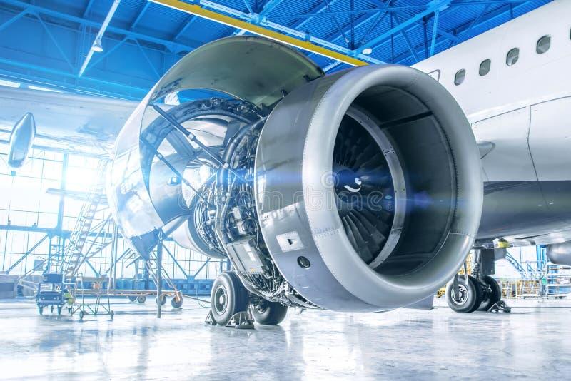 工业题材视图 飞机发动机修理和维护在飞机的翼的 免版税库存照片