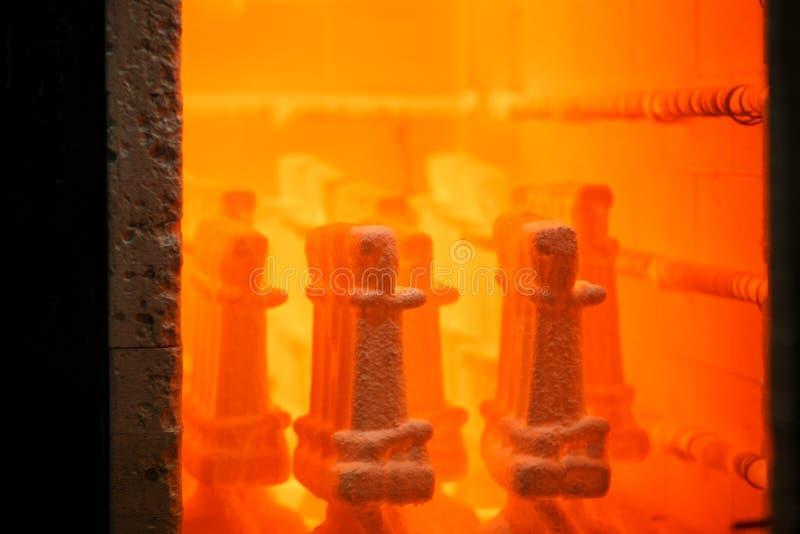 工业紧迫的设备 冶金事务 加热的钢的一个巨大的熔炉 烧烤烤箱的里面 n 库存图片