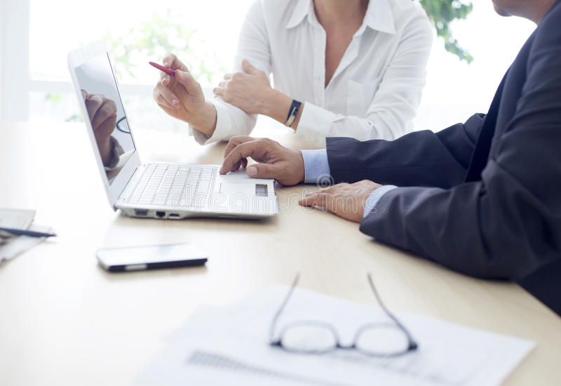 工人和妇女在办公室 免版税库存图片