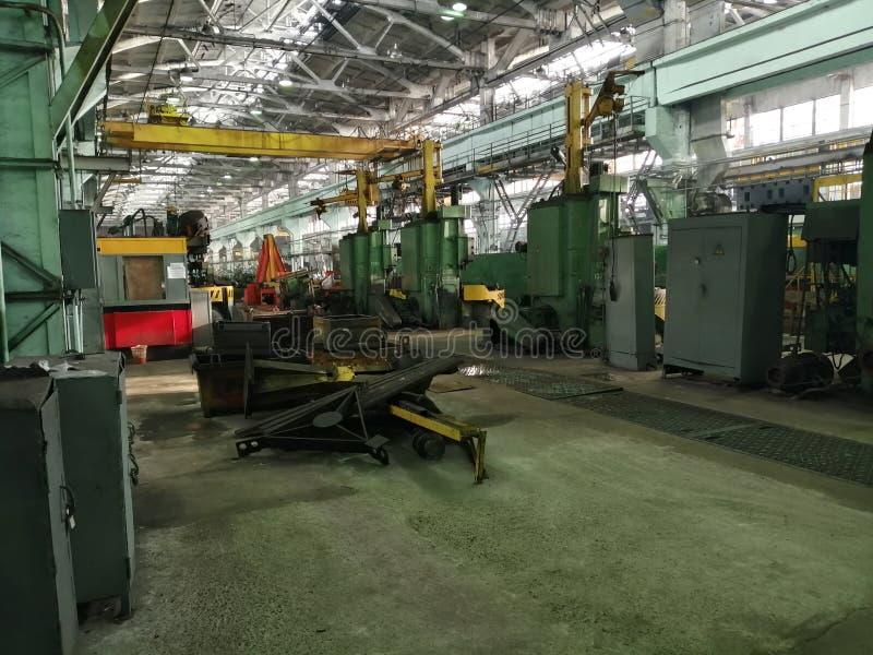 工人建造机器的工厂 库存照片
