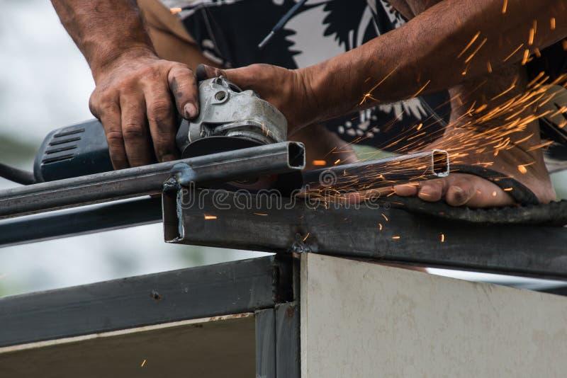 工作一台磨床的工作者 免版税库存照片