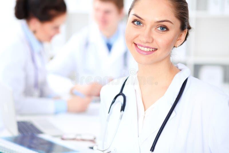 工作与医护人员的女性医生在医院 在医学的配合 库存照片