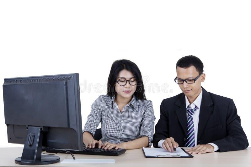 工作与她的经理的年轻女实业家 免版税库存图片