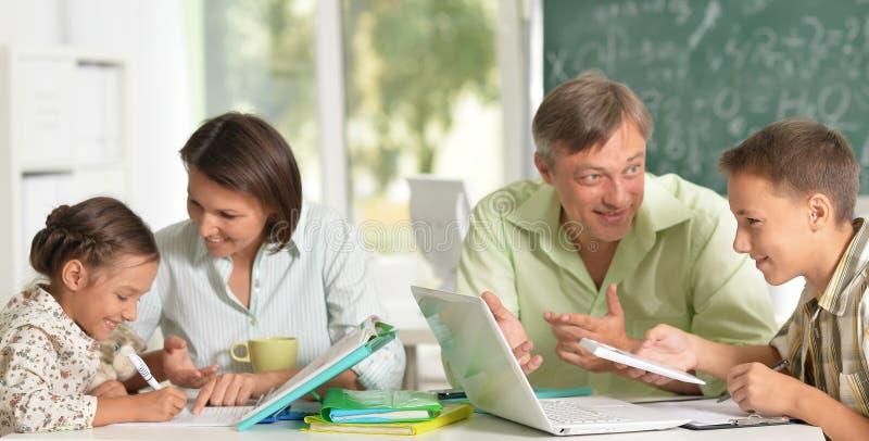 工作与孩子的老练的老师 免版税库存图片