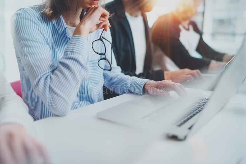 工作与年轻工友一起的商人在现代coworking的办公室 免版税库存图片