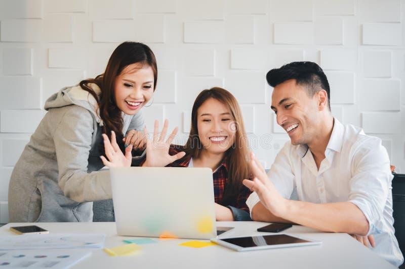 工作与愉快的情感一起的商人在手提电脑的网络摄影照相机与事务的录影会议的 免版税库存图片