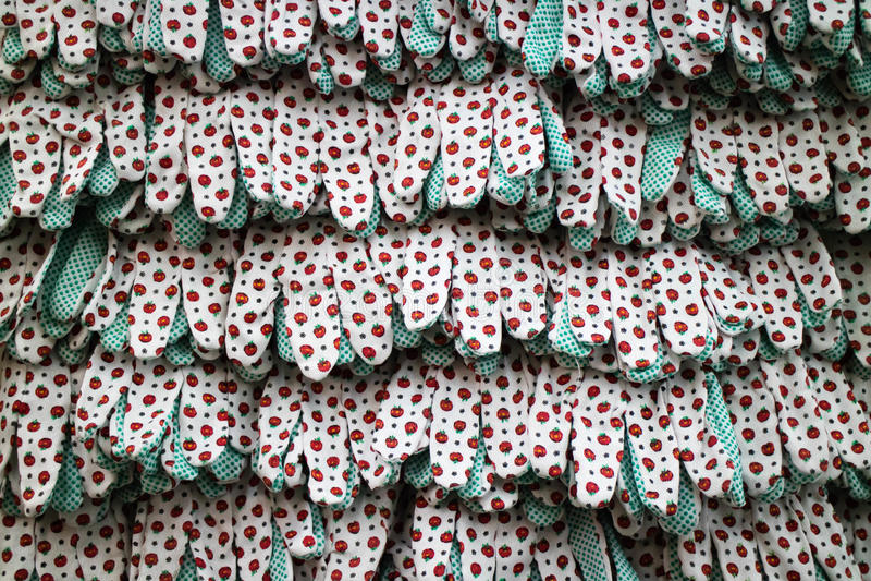 工作与橡胶小点的纺织品手套行  Vitrine在工具商店 库存照片