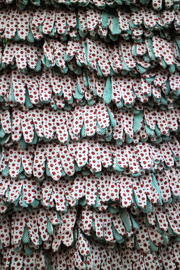 工作与橡胶小点的纺织品手套行  Vitrine在工具商店 免版税图库摄影