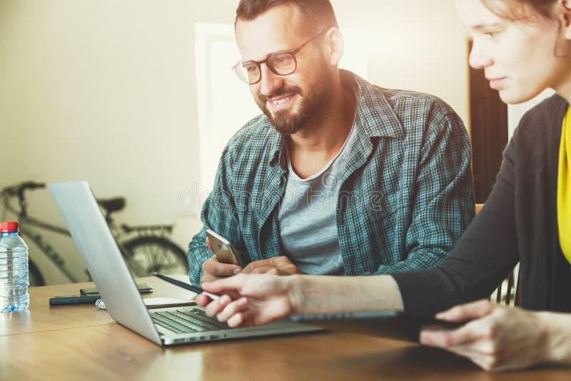 工作与膝上型计算机一起的男人和妇女 库存图片