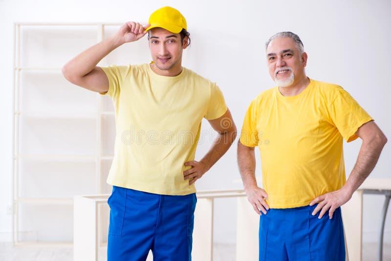 工作两位承包商的木匠户内 库存图片