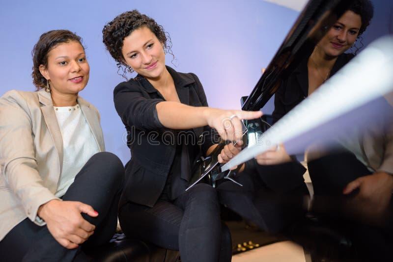 工作两名的女工户外 图库摄影