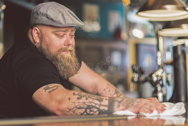 工作严肃的有胡子的人冥想 免版税库存照片