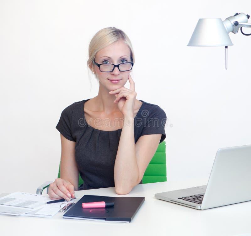 工作书桌的女商人 免版税库存照片