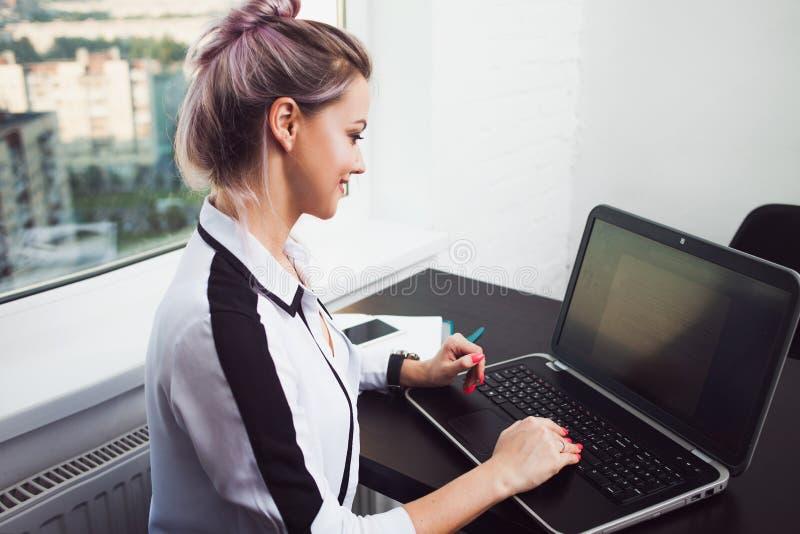 工作从家的年轻女生或企业家 遥远的工作 图库摄影