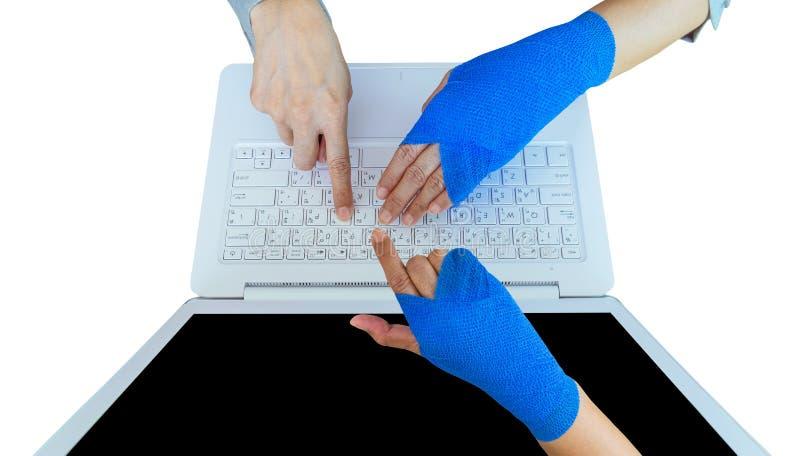 工作伤害 与蓝色有弹性绷带o的受伤的妇女手痛处 免版税库存图片