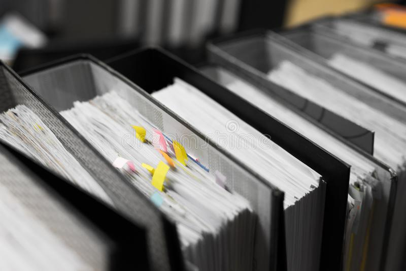 工作努力,大量工作,堆文件纸并且归档folde 库存图片