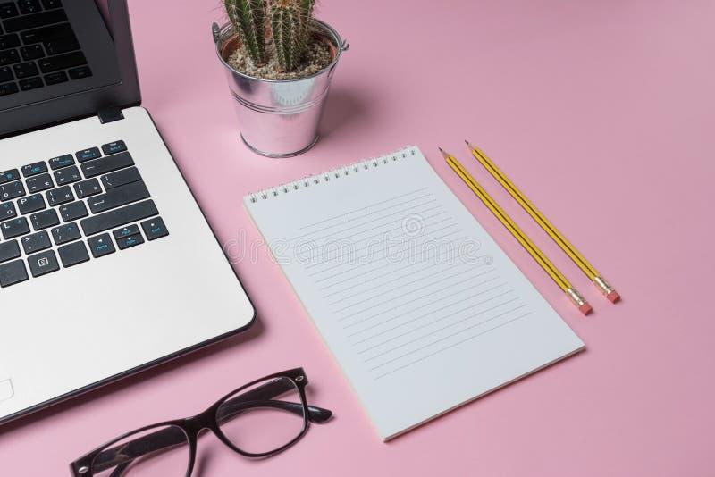 工作区书桌创造性的布局照片有膝上型计算机、镜片、仙人掌和笔记本的有拷贝空间背景 免版税图库摄影