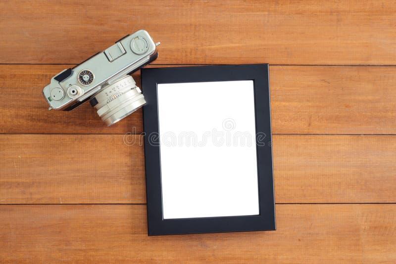 工作区书桌创造性的舱内甲板位置照片  与老照相机和海报大模型模板的办公桌木桌 库存图片