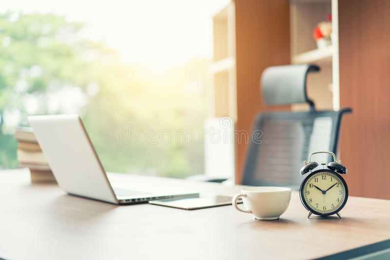 工作区在办公室,咖啡休息,经济情况 库存图片