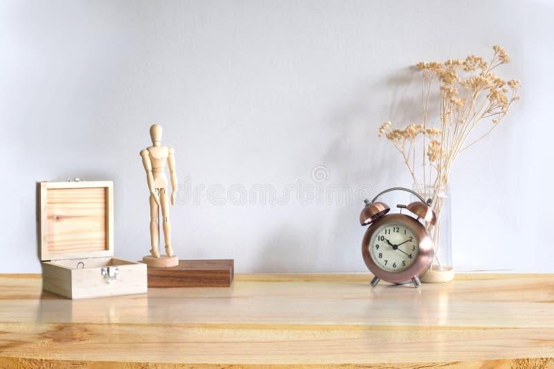 工作区木对象箱子、式样木玩具、警报和干燥pla 免版税库存照片