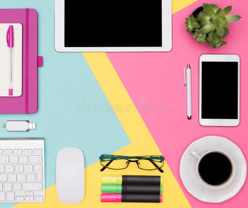 工作区顶视图照片与空白嘲笑的片剂和智能手机、咖啡杯、键盘、笔记薄和多汁植物 免版税库存图片