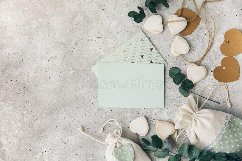 工作区 婚礼邀请在白色背景的卡片和玉树叶子 免版税图库摄影