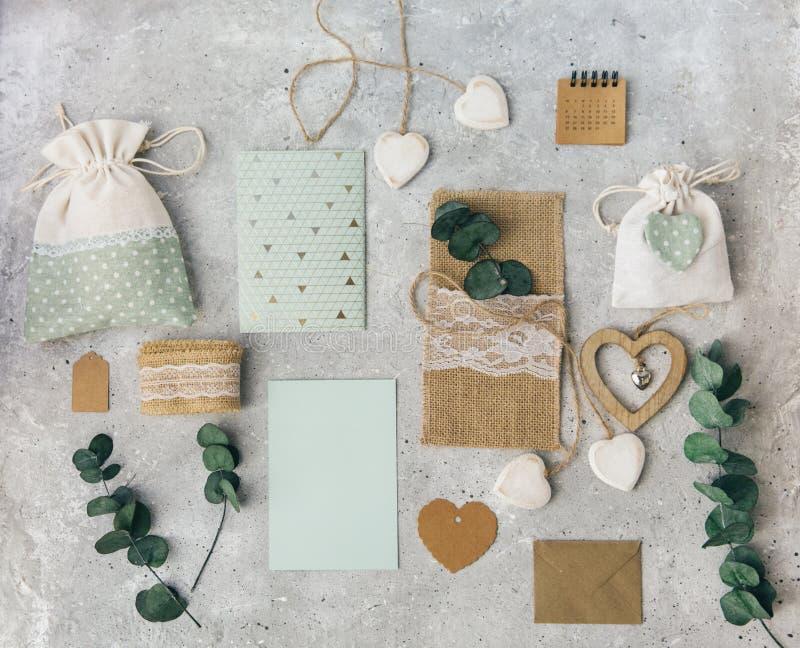 工作区 婚礼邀请在白色背景的卡片和玉树叶子 免版税库存照片