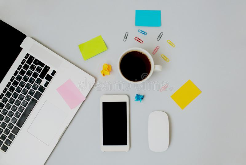 工作区Flatlay与膝上型计算机、咖啡、手机和贴纸的 库存照片