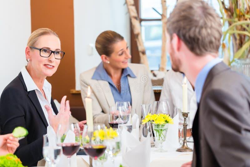 Download 工作午餐在餐馆用食物和酒 库存图片. 图片 包括有 联系, 同事, 破擦声, 小组, 人们, 人员, 会议 - 59101875