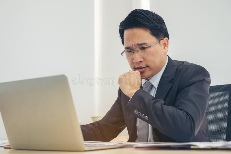 工作压下的画象商人在办公室 张力,公共汽车 库存图片