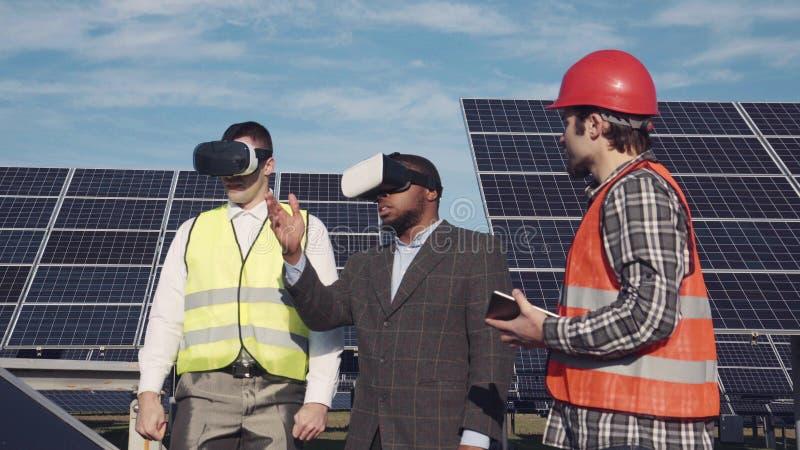 工作员和投资者戴虚拟现实眼镜 免版税库存图片