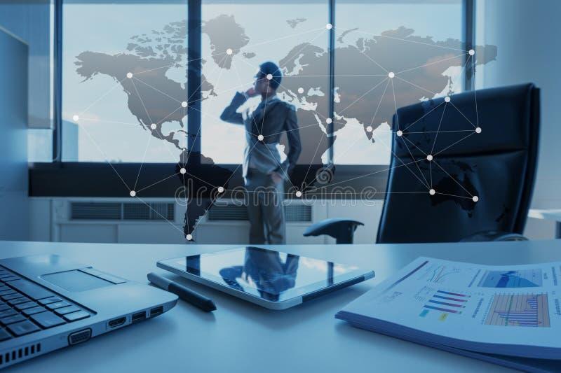 工作商人书桌与膝上型计算机,全球化事务的 免版税库存照片