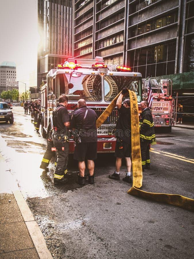 工作在一个紧急状态期间的纽约-美国,纽约消防队员在曼哈顿-纽约 库存图片