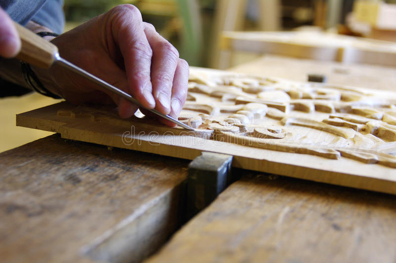 工作在一块木头的木匠 免版税库存图片