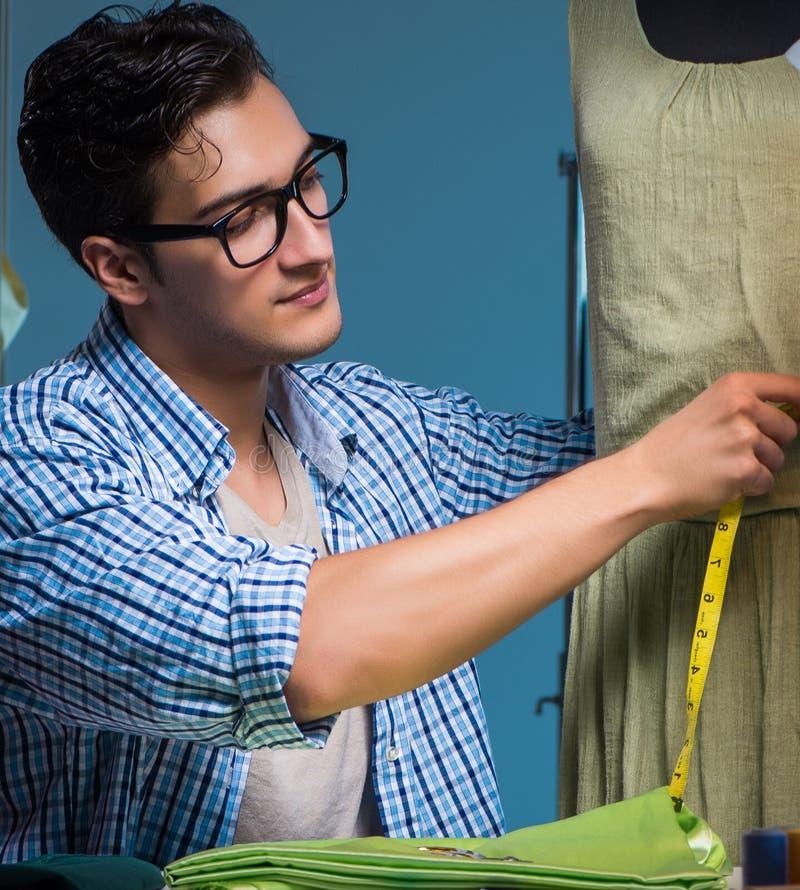 工作在下水道商店的男性裁缝 库存图片