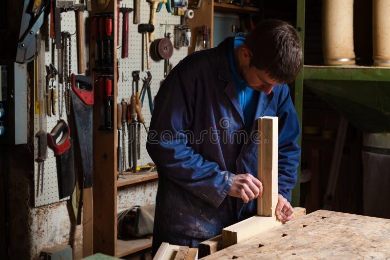 工作在与绑制钳的木匠木板条 免版税库存照片