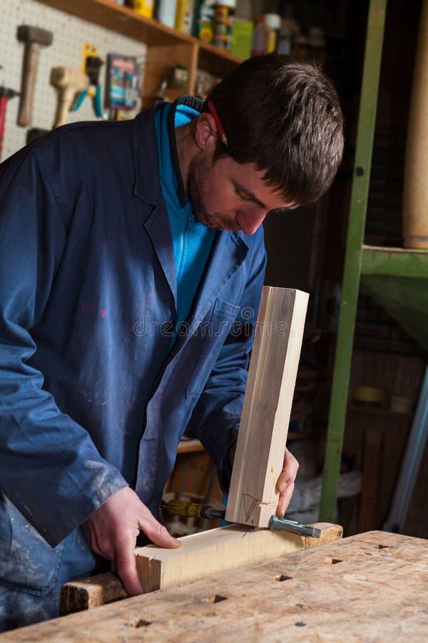 工作在与绑制钳的木匠木板条 库存照片